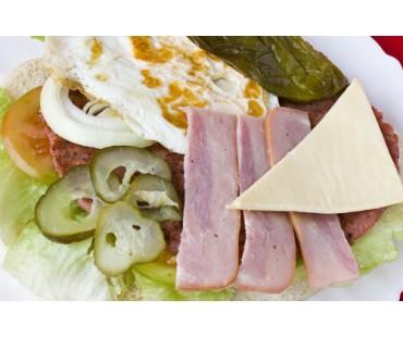 HAMBURGUESA SUPER CALENTONA. Carne, Queso, Bacón, Huevo Plancha, Pepinillos y Pimi. Verdes o Rojos.